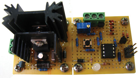 The charger is built on a small piece of a perforated board. An ample heatsink is needed during constant current mode. The six-pin header on the right side is used to in-circuit program the Atmel ATtiny85 microcontroller.