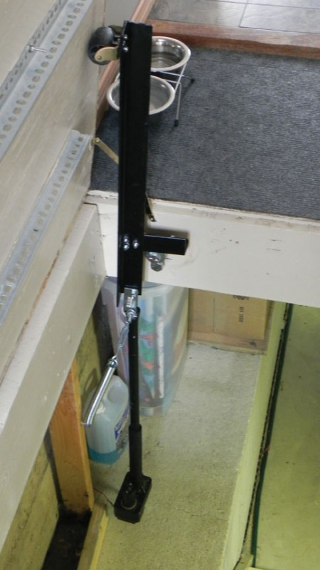 Photo 1 The screw lift and pivot arm mechanism with a spring assist are shown : motorised door arm - pezcame.com