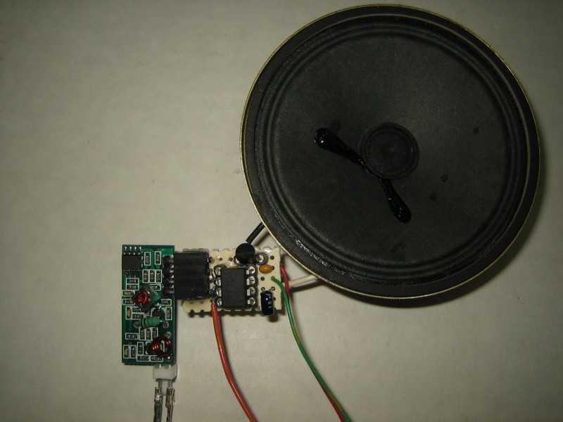 Photo 4: Receiver with antenna connections and loudspeaker