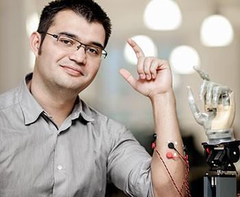 Max Ortiz Catalan med robotarm